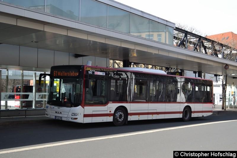 Wagen 190 als Linie 61 nach Waltersleben wartet am Busbahnhof auf seine Abfahrt.