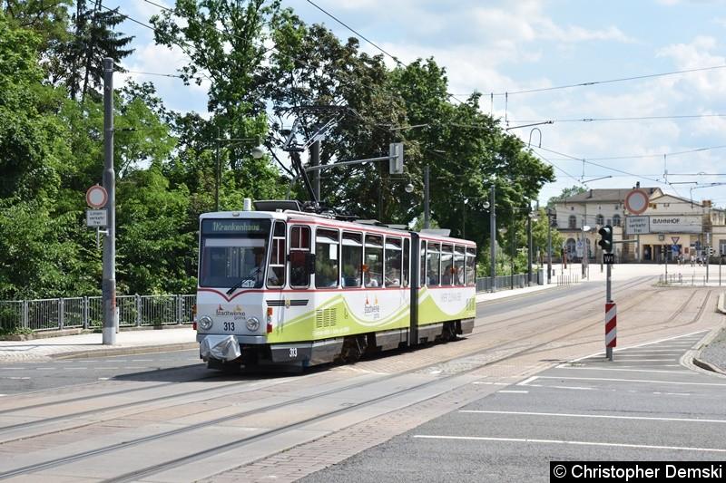 TW 313 als Linie 1 bei der Überquerung der Kreuzung Bebelstraße/Bahnhofstraße.