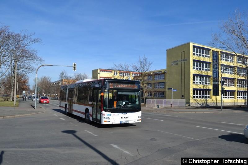Wagen 193 als Linie 10 in Richtung Grubenstraße, an der Kreuzug Moskauer Straße/Bukarester Straße.
