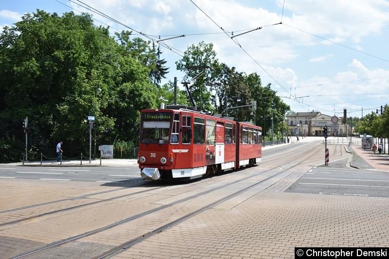 TW 310 als Linie 1 bei der Überfahrt der Kreuzung Bebelstraße/Bahnhofstraße.