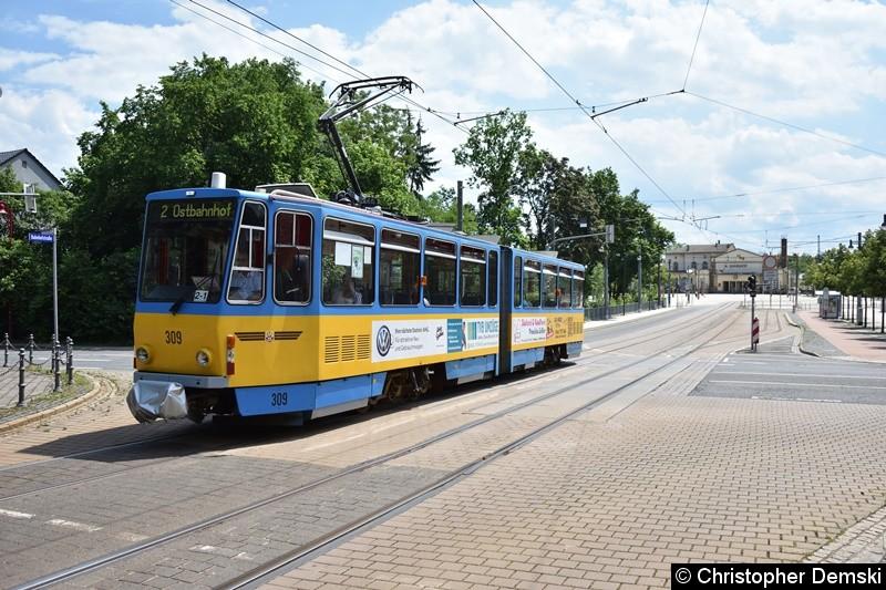 TW 309 als Linie 2 bei der Überfahrt der Kreuzung Bebelstraße/Bahnhofstraße.